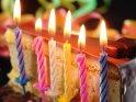 Tortenstück mit sechs davor aufgestellten brennenden Kerzen