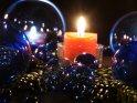 Blaue Glaskugeln mit Kerze