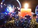 Weihnachtliches Foto mit Kerze und blauen Weihnachtskugeln