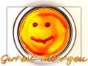 Eine Grußkarte um einen Guten Morgen zu wünschen, mit einem auf eine Glasscheibe gemalten Smilie in rot und gelb.
