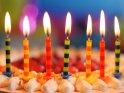7 Kerzen auf einer Erdbeer-Sahne-Torte