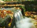 Miniaturwasserfall im Herbst