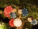 Mit (Glücks-)spielsymbolen geschmückter Tannenbaum