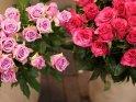 Zwei Rosensträuße in Rot und Lila