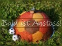 Bald ist Anstoss!    Dieses Kartenmotiv wurde am 30. Mai 2012 neu in die Kategorie Fußballkarten aufgenommen.