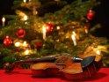 Geige unter Weihnachtsbaum