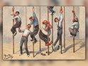 Lustige Postkarte mit einer Zeichnung von Männern, die versuchen an Stangen zu klettern.  Antike Postkarte mit einem Motiv von Arthur Thiele (1860-1936)
