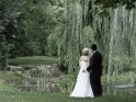 Hochzeitspaar an einem Teich im Park