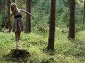 Junge Frau tanzt Ballett im Wald