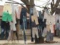 Mit Jeans behaengter Baum am Straßenrand