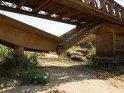 Hier wurde die neue Brücke einfach über das alte, eingestürzte Exemplar gebaut.