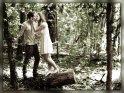 Pärchen küsst sich im Wald