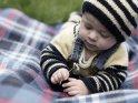 Baby spielt mit einem Gänseblümchen