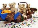 Eine Gruppe von antiken Teddybären sitzt in einem ebenfalls antiken Nähkorb.