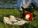 Brautschuhe und Brautstrauss liegen im Gras. Im Hintergrund kann man einen Teil des Brautkleides erkennen.