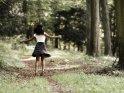 Tänzerin auf einem Waldweg