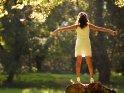 Eine Frau posiert im weißen Sommerkleid auf einem Baumstamm    Dieses Kartenmotiv wurde am 28. Februar 2015 neu in die Kategorie Sonstige Personenfotos aufgenommen.