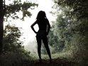 Die Silhouette einer Frau im Wald