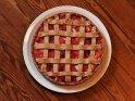 Foto von einem Apfelpflaumenkuchen auf einem Holzuntergrund