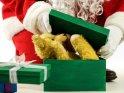 Der Weihnachtsmann versucht einen alten Teddybären in einem viel zu kleinen Karton zu verpacken.