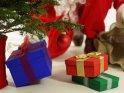 Der Weihnachtsmann legt Geschenke unter den Weihnachtsbaum