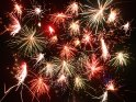Langzeitbelichtung von explodierenden Raketen am neujährlichen Nachthimmel