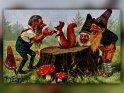Eine Gruppe von Zwergen mit einem Eichhörnchen.  Antike Postkarte mit einem Motiv von Arthur Thiele (1860-1936)