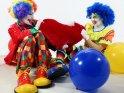 Zwei Clowns streiten sich um ein Stoffherz