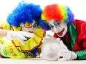 Zwei Clowns mit einer Glaskugel