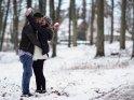 Küssendes Paar mit Schneebällen