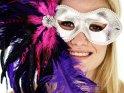 Junge Frau mit einer Karnevalsmaske