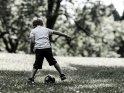Kleiner Junge mit einem Fußball