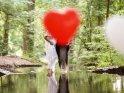 Weibliches Hochzeitspaar mit einem davor schwebenden Herz