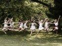 Gruppe springender Tänzerinnen (Jazz-Dance)