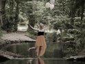 Eine junge Frau lässt Luftballons davon fliegen.