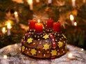 Kuchen mit einer brennenden Kerze zum 1. Advent