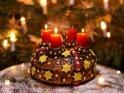 Kuchen mit drei brennenden Kerzen zum 3. Advent