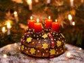 Kuchen mit vier brennenden Kerzen zum 4. Advent
