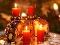 Adventskuchen mit drei brennenden Kerzen zum 3. Advent