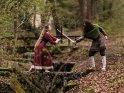 Wikinger-Schwertkampf an einem Bach