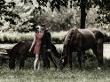 Küssendes Pärchen mit Pferden