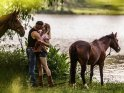 Küssendes Pärchen mit Pferden    Dieses Kartenmotiv ist seit dem 27. Juni 2016 in der Kategorie Pärchenfotos.