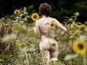 Aktfoto mit Sonnenblumen    Aus der Kategorie Erotische Blumenfotos