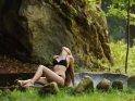 Junge Frau im Bikini an einem nebeligen Brunnen    Dieses Kartenmotiv wurde am 28. März 2019 neu in die Kategorie Sexy Bikinifotos aufgenommen.