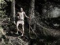Walküre mit Axt und Helm im Wald