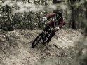 Weihnachtsmann beim Radfahren im Wald