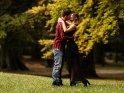 Küssendes Paar im herbstlichen Park.
