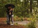Paar steht in str�mendem Regen unter einem Regenschirm und k�sst sich.    Dieses Motiv ist am 22.10.2016 neu in die Kategorie P�rchenfotos aufgenommen worden.