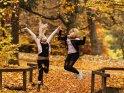 Sprung im Herbstlaub    Dieses Motiv ist am 09.01.2017 neu in die Kategorie Sonstige Personenfotos aufgenommen worden.