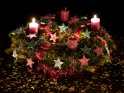 Extrem bunter Adventskranz mit glitzernden Sternen und zwei brennenden Kerzen für den 2. Advent.    Dieses Kartenmotiv ist seit dem 02. Dezember 2016 in der Kategorie Adventskränze.
